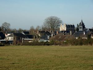 Vue d'un champ et d'une commune